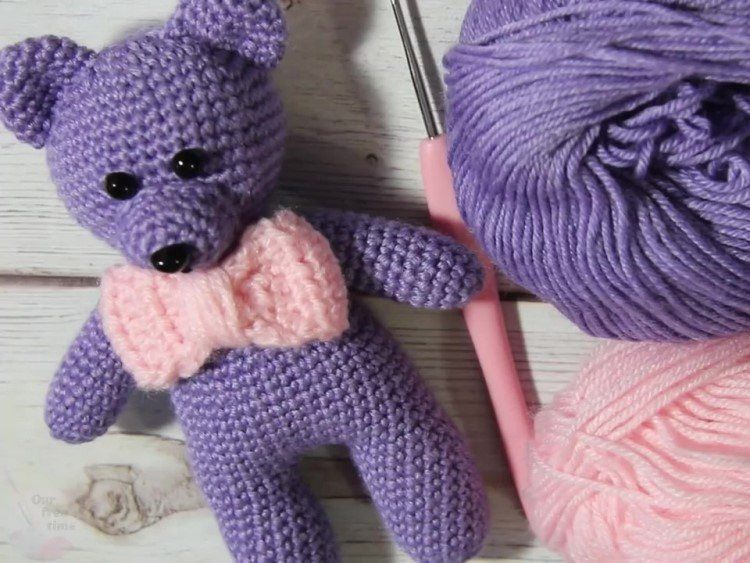 Crochet bear amigurumi with bow