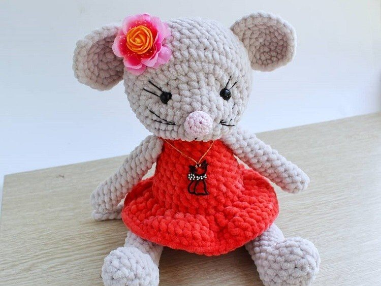Milo Mouse Crochet Amigurumi Pattern – Shiny Happy World | 563x750